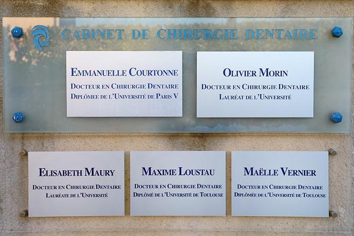 Plaques des docteurs chirurgiens dentistes : Emmanuelle Courtonne, Oliver Morin, Elisabeth Maury, Maxime Loustau et Maëlle Vernier